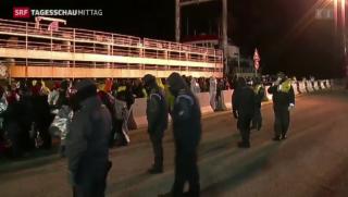 Video «Flüchtlings-Tanker erreicht Küste» abspielen