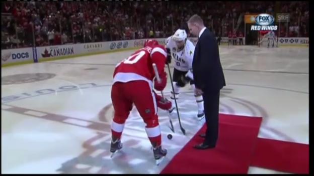 Video «Eishockey: Holmströms symbolischer Bully-Einwurf» abspielen