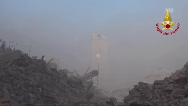 Video «Aufnahmen aus Amatrice vom Sonntagmorgen (ohne Ton)» abspielen