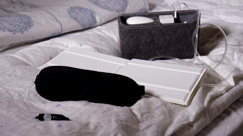 Versprechen Ruhe im Schlafzimmer: vibrierende Gesichtsmaske, selbstaufblasendes Kissen und pfeifender Ohrclip.