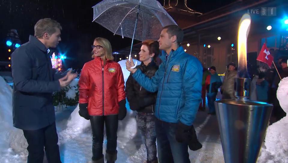 Steffi Buchli, Sonja Hasler und Renzo Blumenthal suchen den Eingang