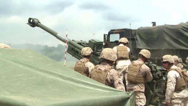 Video «Marines trainieren an Artilleriekanone (Kamera: Emil Moldoveanu)» abspielen