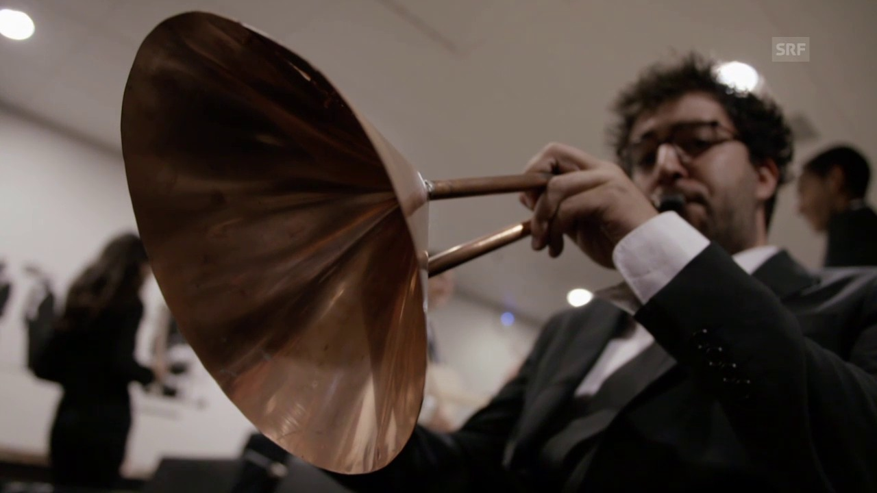 Die Musiker und ihre Instrumente vor dem Konzert