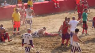 Video «Calcio Storico: «Fussball» brutal in Florenz» abspielen
