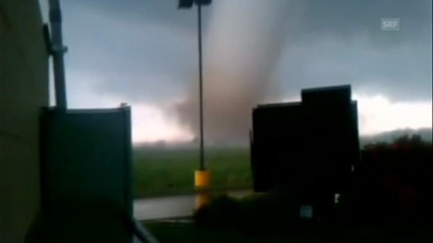 Video «Augenzeuge filmt Tornado» abspielen