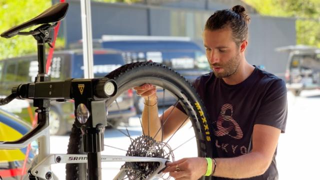 Yanick «the mechanic» Gyger prepara dapi onns ils mountainbikes da Nino Schurter