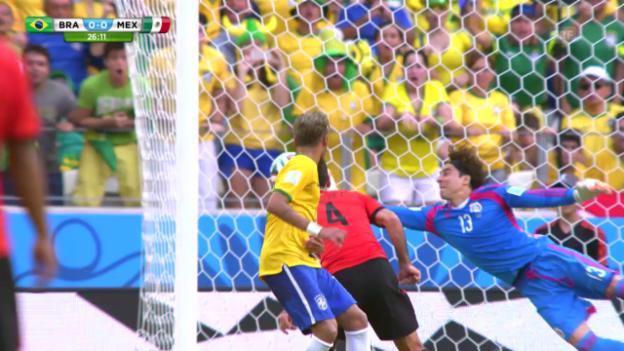 Video «FIFA WM 2014: Die Paraden von Mexiko-Keeper Ochoa gegen Brasilien» abspielen