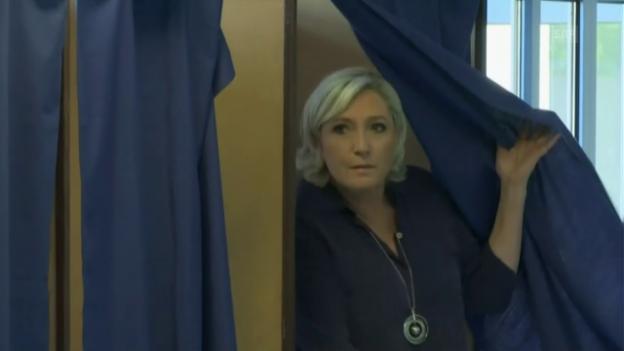 Video «Marine Le Pen hat gewählt (ohne Kommentar)» abspielen