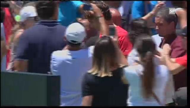 Roger Federer bereitet den argentinischen Kids eine Freude.