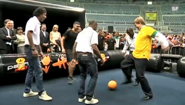 Video «Ein Kronprinz spielt Fussball» abspielen