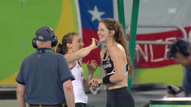 Video «Nette Geste: Büchler macht die Bronzegewinnerin hübsch» abspielen