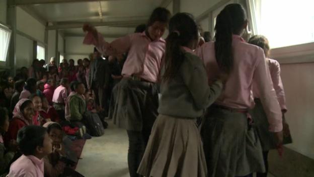 Video «In Leptung feiern die Schüler ihre neuen Klassenzimmer» abspielen