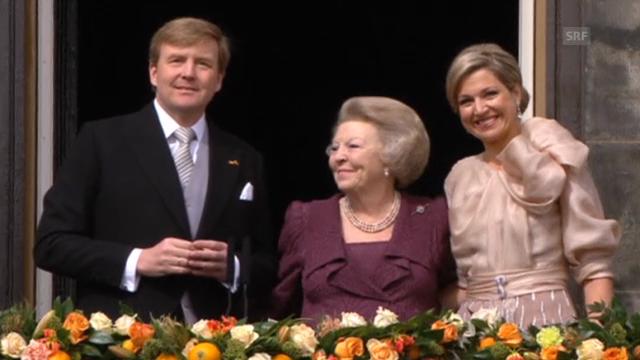 Beatrix mit König Willem-Alexander auf dem Balkon (deutsch)