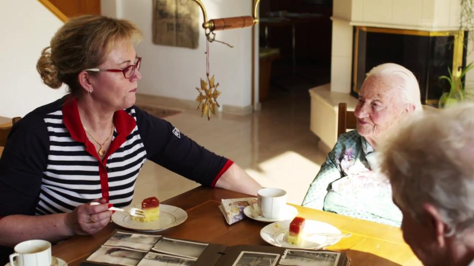 Lore Meier und ihre Betreuerin Jadwiga Kowalewska pflegen eine liebevolle Beziehung.