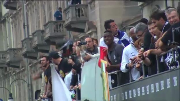 Video «Fussball: Juve-Spieler beim Meisterumzug durch Turin» abspielen