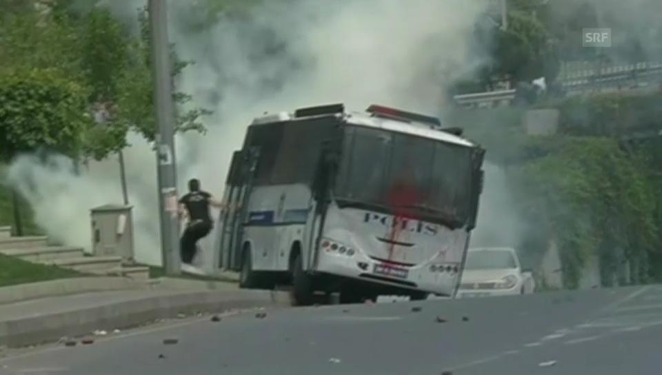 Türkische Demonstranten stürmen Polizeibus (unkomm.)