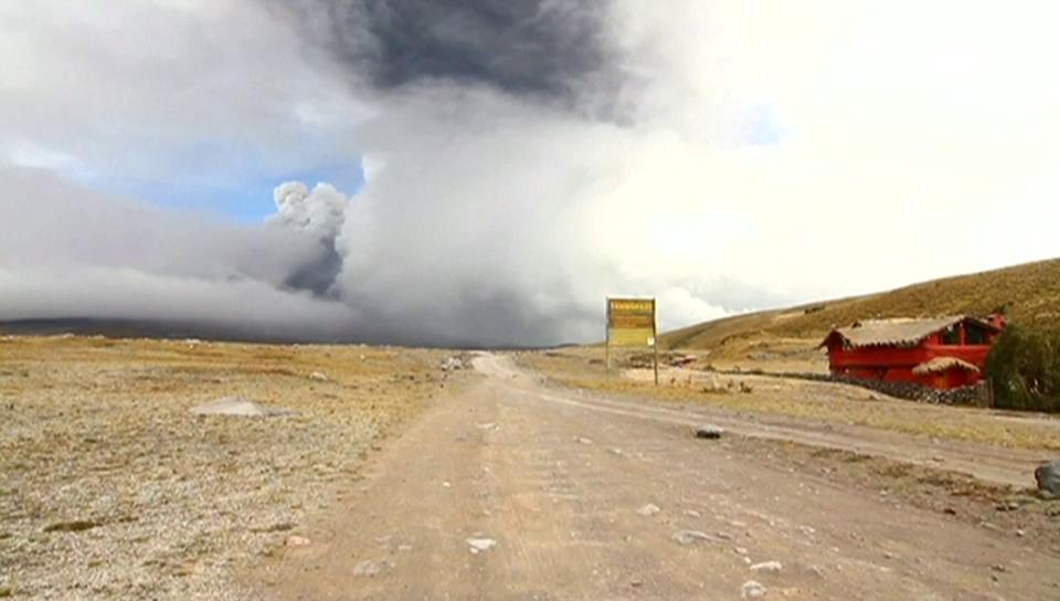 Kilometerhohe Rauchsäulen in Ecuador