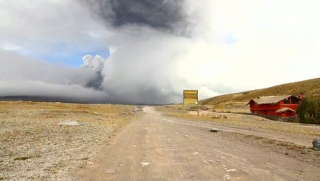 Video «Kilometerhohe Rauchsäulen in Ecuador» abspielen