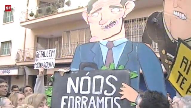 Die Empörung auf der Strasse ist gross. Urdangarín kommt erst nachts aus dem Gebäude.