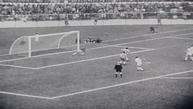 Video «Fussball: WM 1962, Viertelfinal Brasilien - England, Garrincha schiesst zwei Tore» abspielen