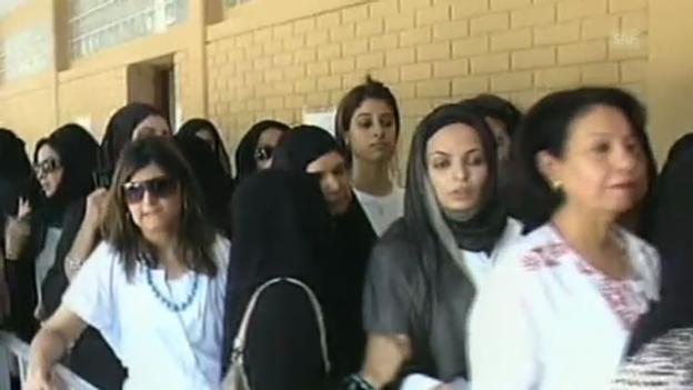 Video «Kuwait: Frauen und Männer gehen getrennt an die Urne» abspielen