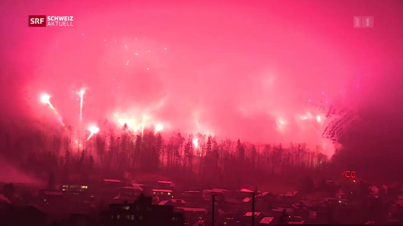Feuerwerks-Duell verpufft im Regen