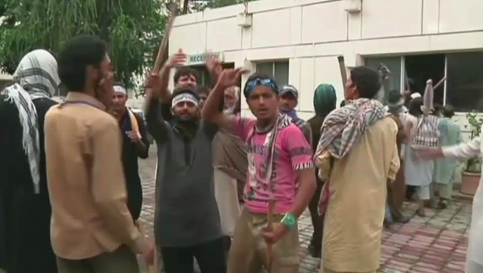 Wütende Demonstranten vor PTV-Gebäude