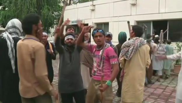 Video «Wütende Demonstranten vor PTV-Gebäude» abspielen