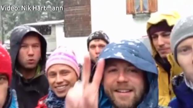 Video «Nik Hartmann pfeift mit seiner Crew «Jingle Bells»» abspielen
