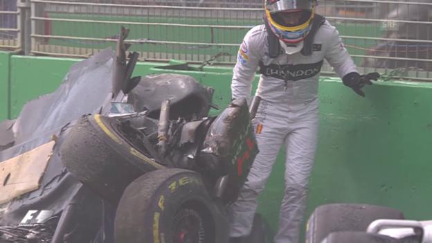 Video «Wie durch ein Wunder unverletzt: Alonso nach seinem Crash» abspielen