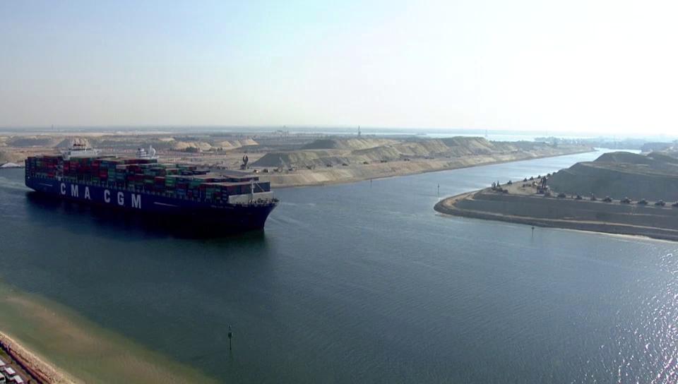 Erstes Schiff passiert den neuen Suez-Kanal (unkomm.)
