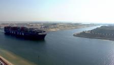 Video «Erstes Schiff passiert den neuen Suez-Kanal (unkomm.)» abspielen
