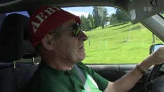 Video «Achtung, Rentner: Senioren klammern sich ans Steuer» abspielen