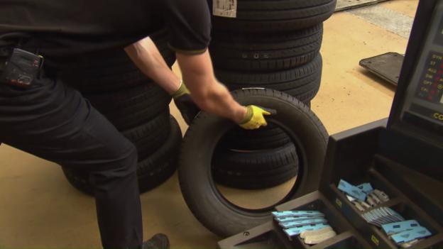 Video «Reifenservice im Test: Hängen Pneu-Discounter die Garagen ab?» abspielen