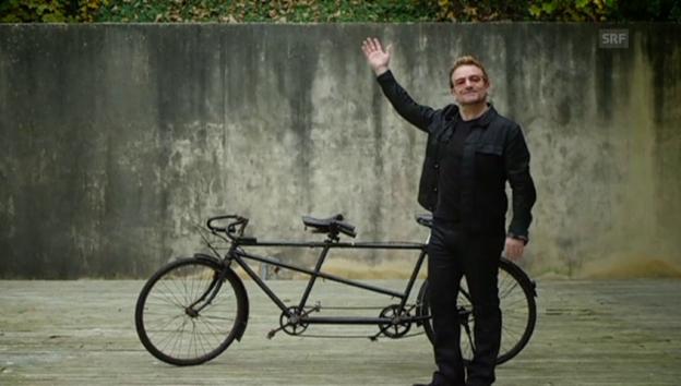 Video «Bono versteigert seine Velofahr-Künste» abspielen