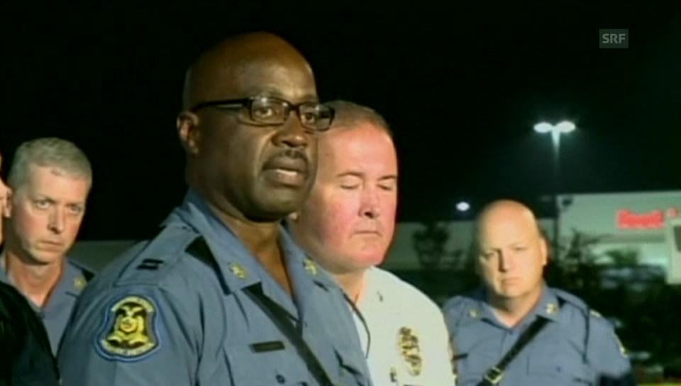 Polizeichef Ronald Johnson erklärt den Einsatz (engl.)