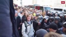 Link öffnet eine Lightbox. Video 8000 Menschen demonstrieren, 1000 werden festgenommen abspielen