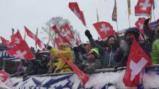 Video «Die Fans applaudieren bei der Zieleinfahrt von Kostelic» abspielen