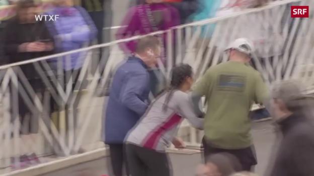 Video Marathonläuferin bricht zusammen abspielen.