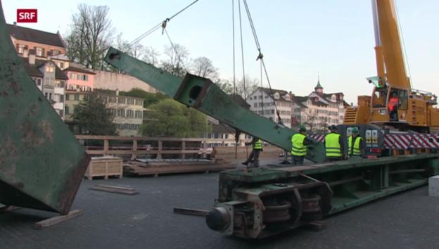 Video «Hafenkran in Zürich angekommen» abspielen
