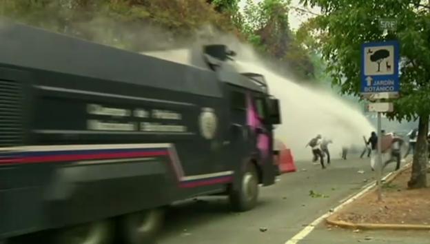 Video «Gewaltszenen bei Protesten in Caracas» abspielen
