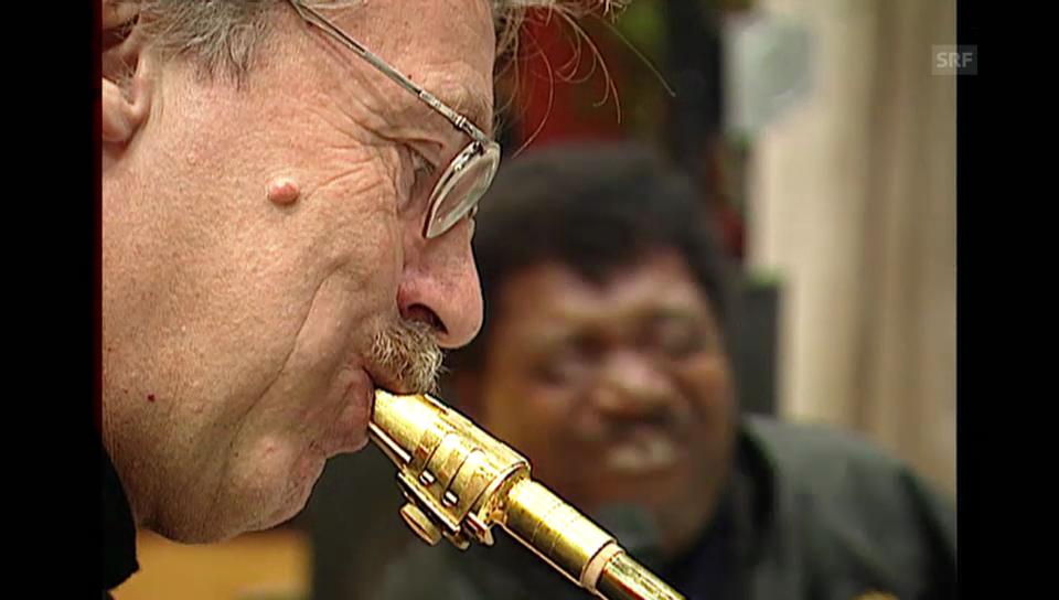Pepe Lienhard tritt im Jahr 2000 mit Superstar Percy Sledge auf (Tagesschau)
