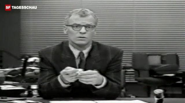 Charles Clerc stülpt sich vor laufender Kamera ein Kondom über den Finger (Tagesschau, 3.02.1987)