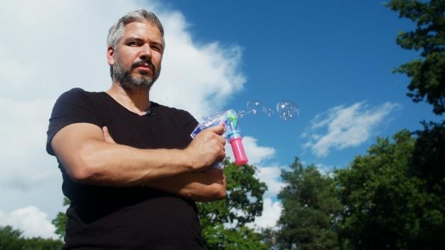 Video «Trick 77: Seifenblasen-Wasser selbst machen» abspielen