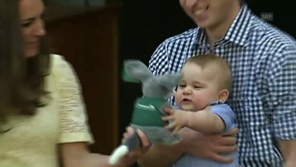 Baby George wirft seinen Stoff-Kaninchennasenbeutler weg