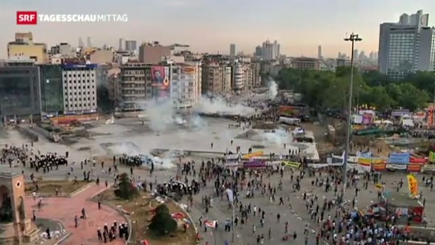 Video «Polizei stürmt Taksim-Platz» abspielen