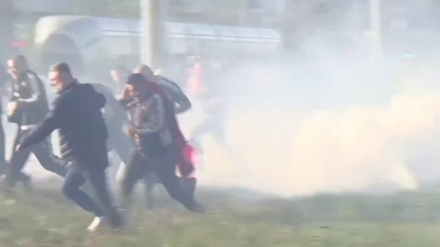 Video «Ausschreitungen vor dem Olympique-Park (sntv)» abspielen