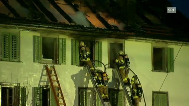 Feuerwehren kämpfen gegen Flammen in Schübelbach (unkommentiert)