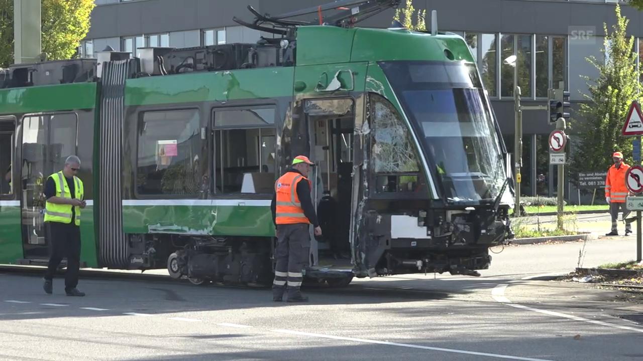 Das beschädigte Tram wurde abgeschleppt