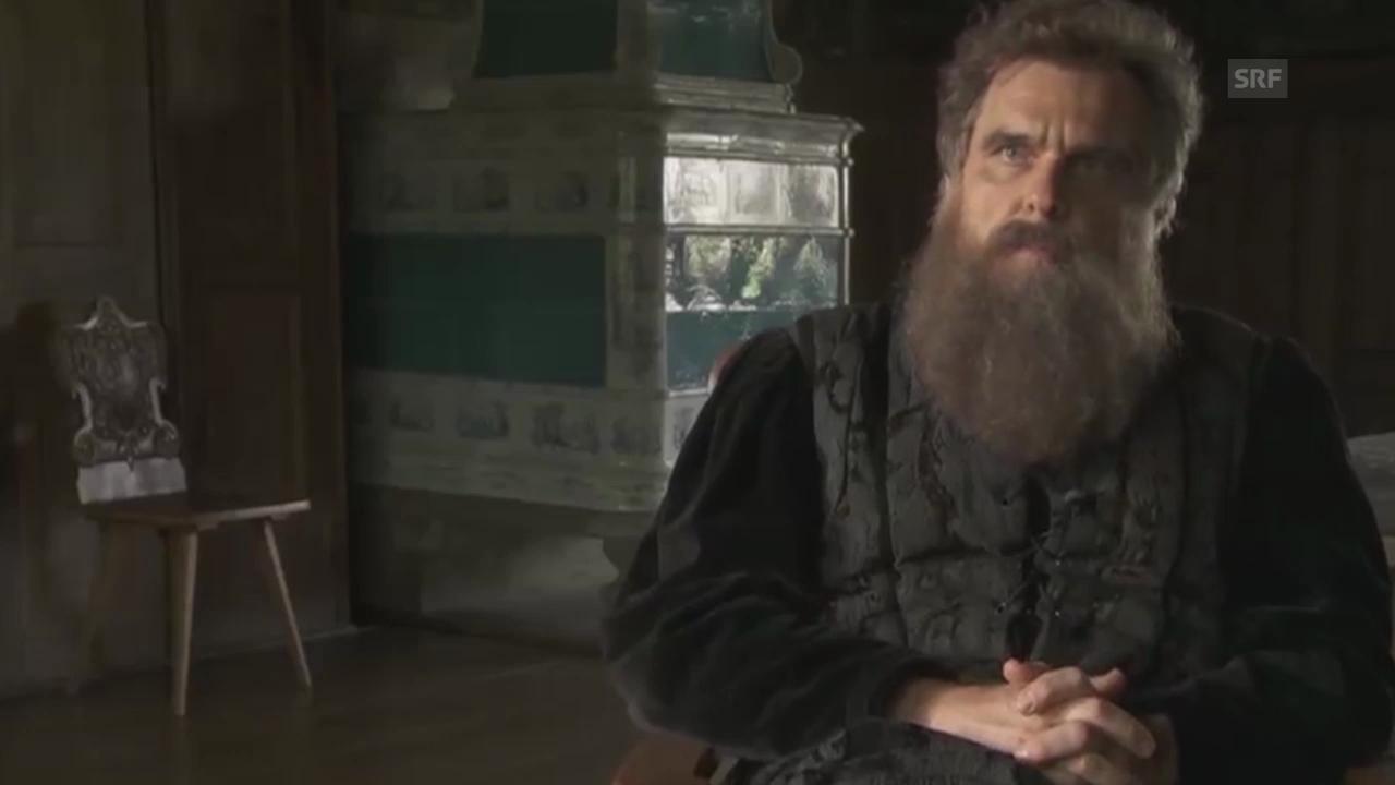 Hans Waldmann im Interview, gespielt von Daniel Rohr
